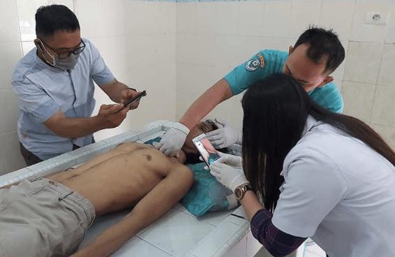STRES: Dokter melakukan pemeriksaan luar terhadap jenazah korban bunun diri. (Gambar ilustrasi/internet)