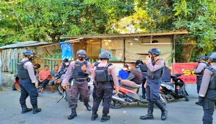 Petugas polisi saat mengamankan tujuh pemuda saat pesta miras