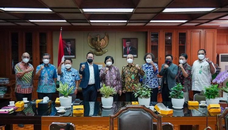 Foto bersama Menteri Lingkungan Hidup dan Kehutanan Siti Nurbaya dengan Ketua Panitia Peringatan Hari Pers Nasional (HPN) 2022 Auri Jaya