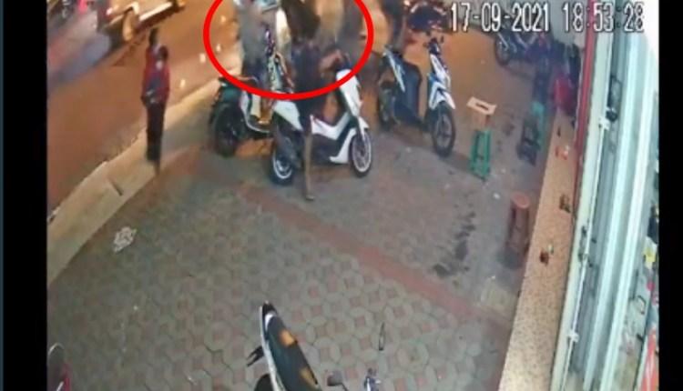tangkapan layar kecelakaan di jalan kaliurang jogja mobil tabrak gerobak