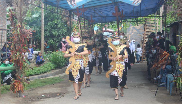 """Salah satu potensi Dusun Gedongan """"Bergodo"""" ditampilkan dalam acara merti dusun"""