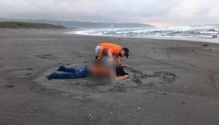 Petugas SAR mendekati mayat wanita di Pantai Pelangi Jogjakarta, Sabtu (9/10). (foto: ist)