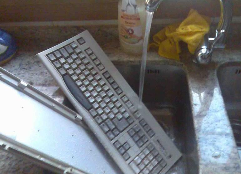 meter teclado bajo el grifo
