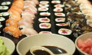 Min venninne Merete jubler når det er sushi-kveld. Jeg foretrekker indisk aften. Maten er så god at hvert måltid er en fest!