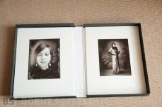A portrait large format view kamera. Enlargement 25x30cm with 40x50cm mat. /// Portret na velikoformatno mehovko. Povečava 25x30 cm na paspartuju velikosti 40x50cm.