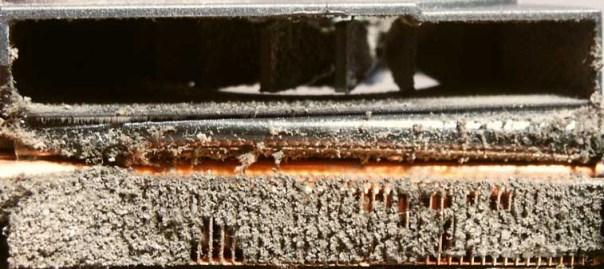 Radiateur obstrué par la poussière d'un pc portable