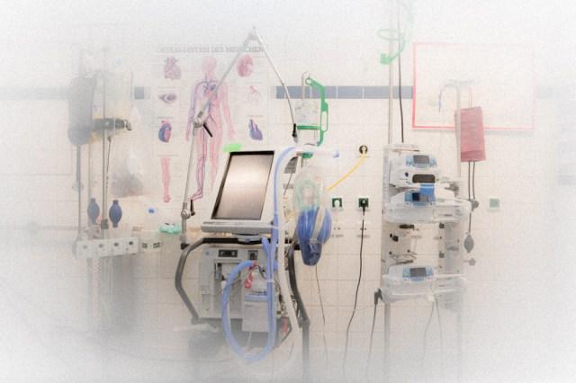 Technische Geräte im Operationssaal.