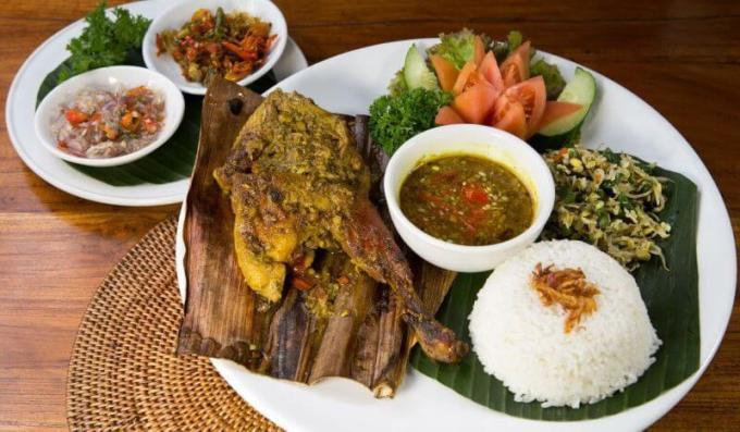 Nama Makanan Khas Bali halal yang terkenal adalah Bebek Betutu