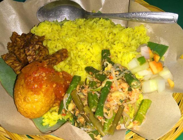 Makanan Khas Gorontalo Nasi Kuning Begadang