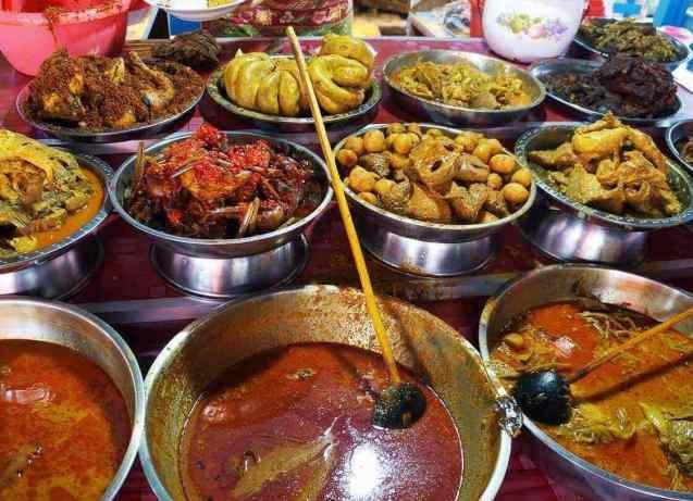 Makanan Khas Minangkabau yang sangat terkenal adalah Nasi Kapau