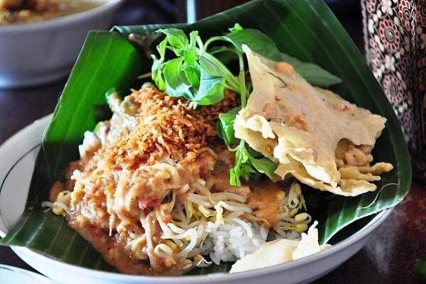 makanan khas Ponorogo nasi pecel tumpuk