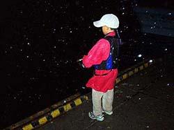 雨の羅臼港で釣り