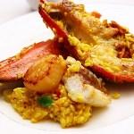 哇嗚~那粒粒分明的米粒,被金黃的番紅花上了色,香氣十足,還有滿滿海鮮料,整個豐富到吃不完了啦~~