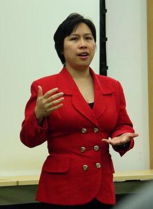 郑茹在一次讲座中发表演讲。