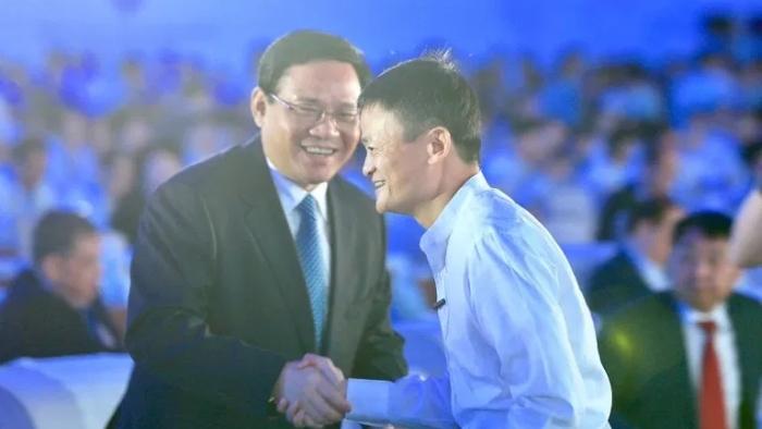 2017年9月10日在世界物联网博览会上,马云与时任江苏省委书记李强握手(路透社)