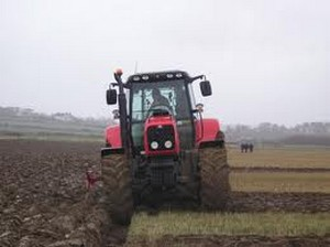 tractor la arat- agricultura