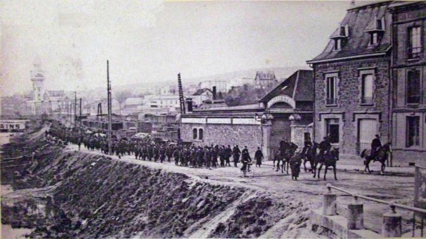Historisches Bild von Soldaten, die durch die Stadt Épernay ziehen
