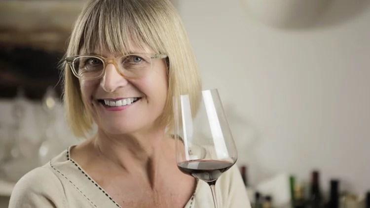 Porträt der Master of Wine Jancis Robinson mit einem Weinglas in der Hand