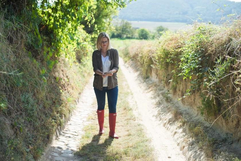 Winzerin Michaela Riedmüller auf dem Weg zu ihrem Weinberg