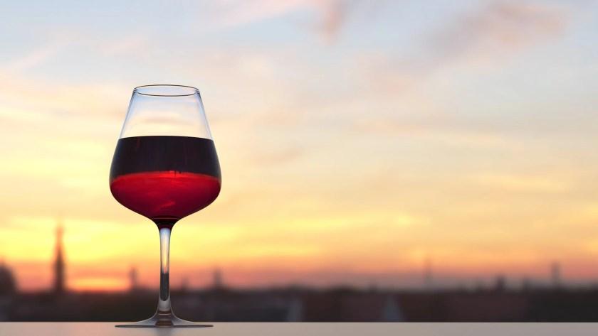 Ein Glas Rotwein im Freien