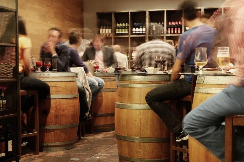 Viele Menschen in einer Weinbar