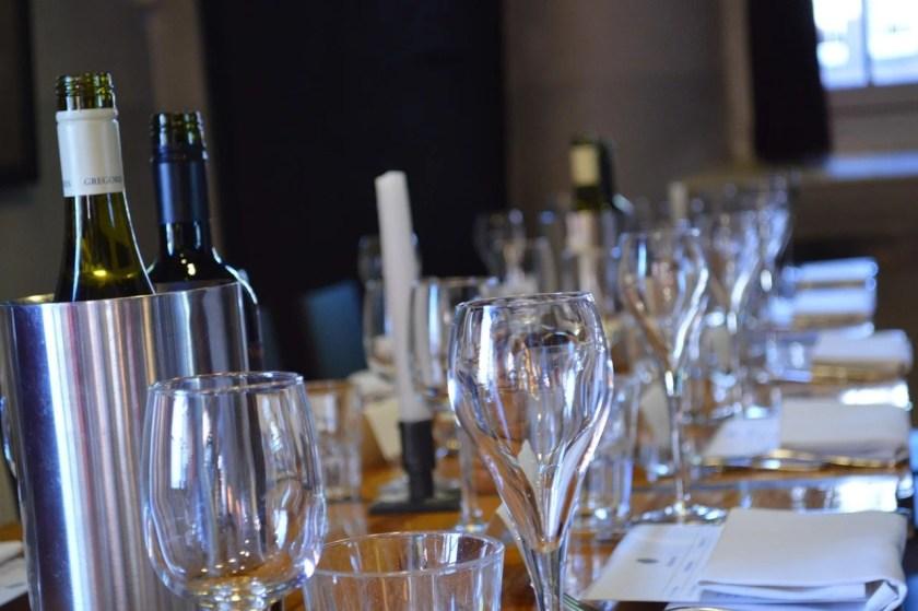 Weinkühler mit einer Weinflasche auf einem festlich gedeckten Tisch