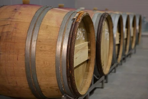 Holzfässer im Weinkeller vom Weingut Dietrich im Carnuntum