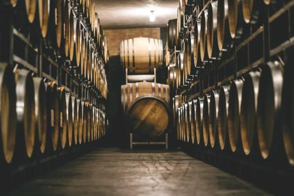 Blick auf Barriques im Weingut Artner