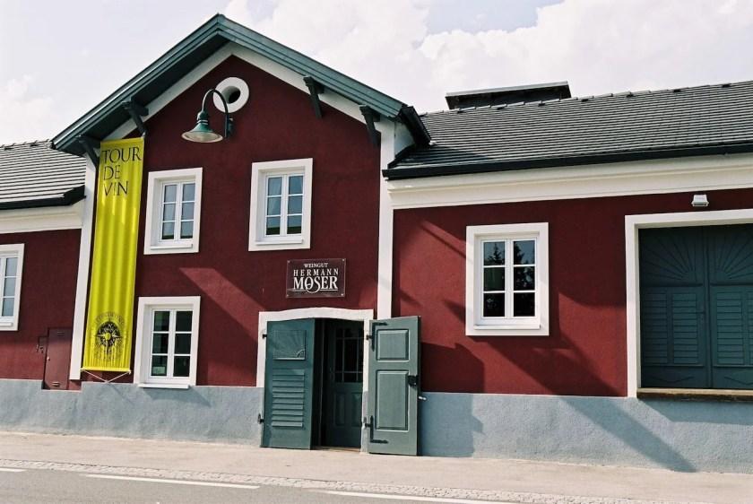 Eingang zum Weingut Hermann Moser im Kremstal in Österreich