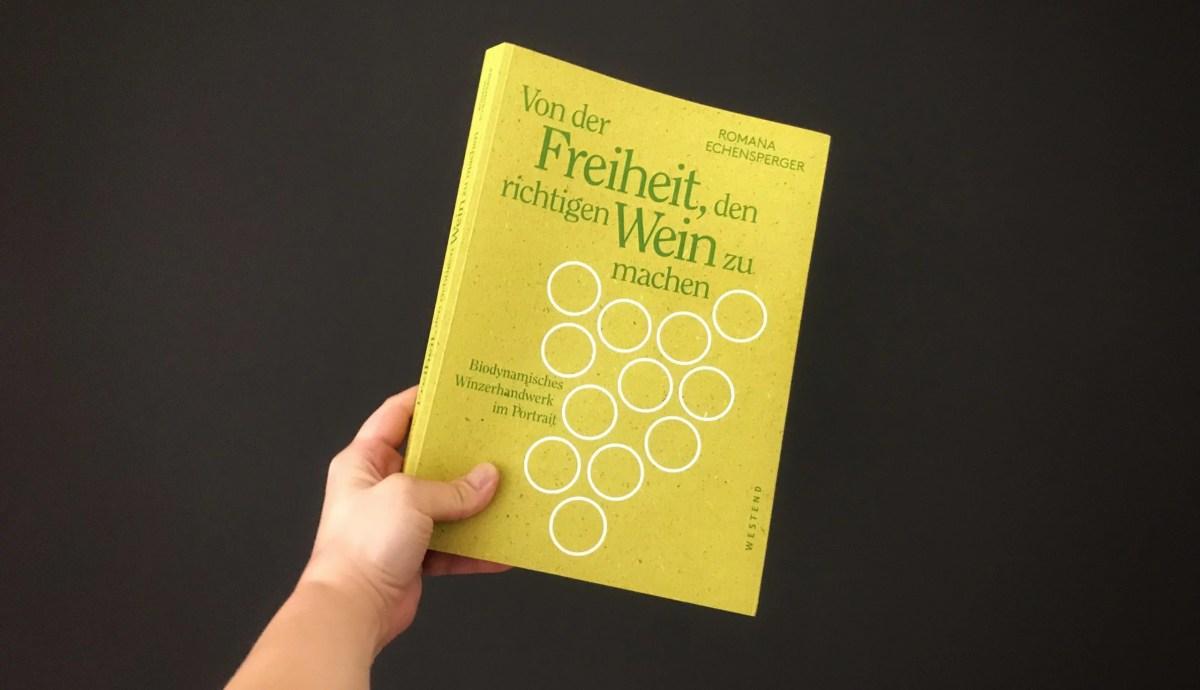 Das Biodynamie-Buch von Romana Echensperger vor einem schwarzen Hintergrund