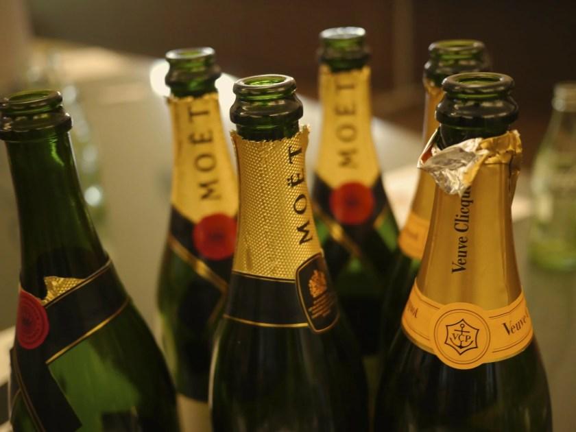 Geöffnete Champagnerflaschen im Detail.