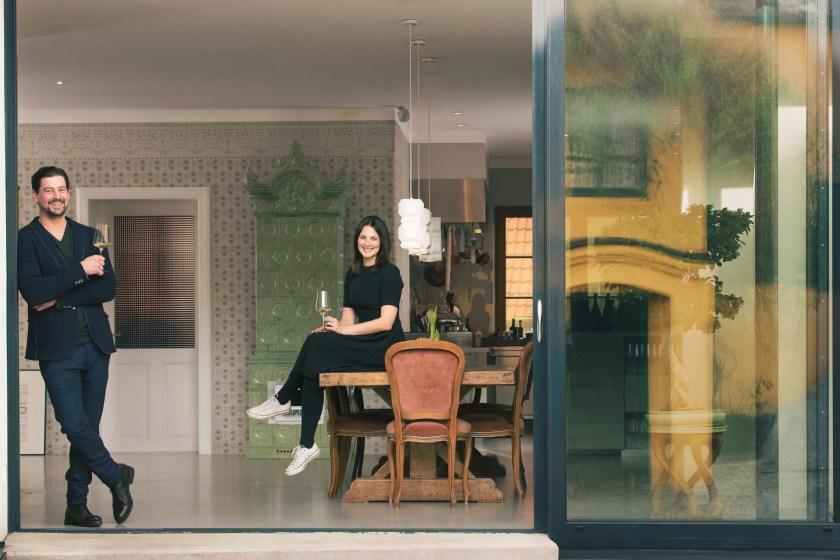 Manfred und Marion Ebner-Ebenauer im Salon bei offenem Fenster
