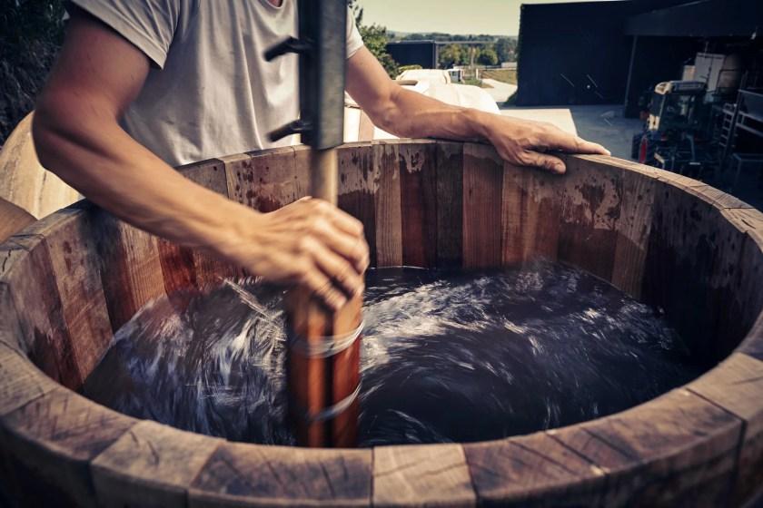 Wasser wird biodynamisch in einem Holztrog per Hand dymanisiert
