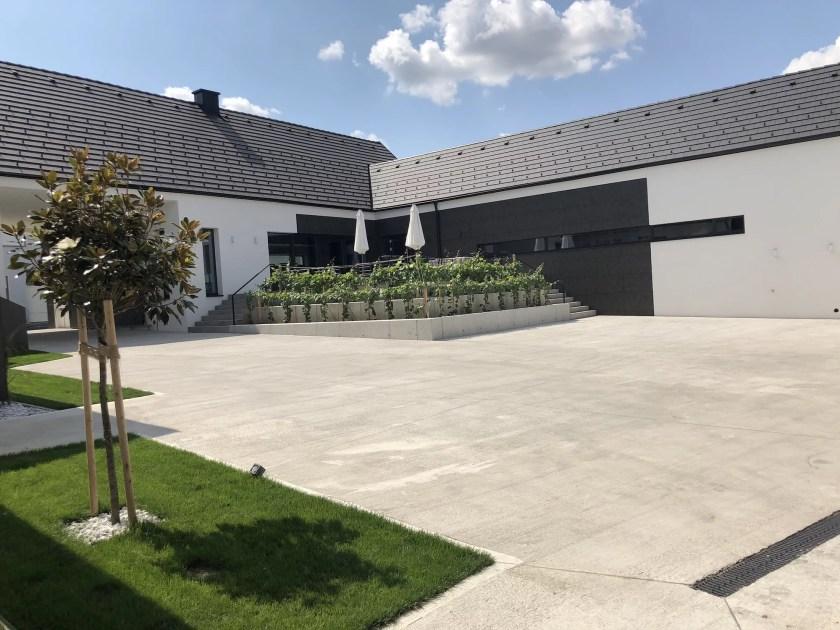 Innenhof des Weinguts Pfneisl in Deutschkreutz