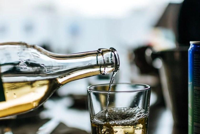 Griechischer Wein: weißer Retsina wird in ein Glas gegossen