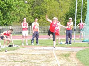 François au poids, observé par Vincent et Romuald... Au fond, les sprinteurs s'échauffent!