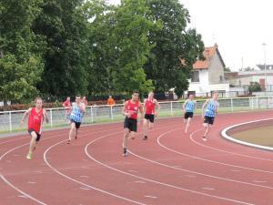 Victorien et Omar sortent en tête du virage lors de leur série du 200m