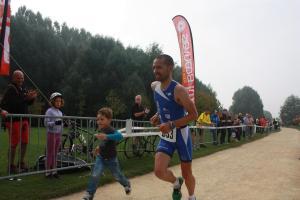 Sébastien Nordest franchit la ligne d'arrivée en vainqueur avec son fils