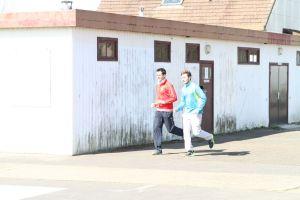 Thomas et Cyprien à l'échauffement avant le 400m haies