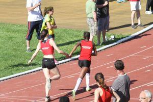 Malika transmet à Rébecca sur 4*400m