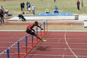 William en séries du 100m haies, avant de manquer de chuter en finale!