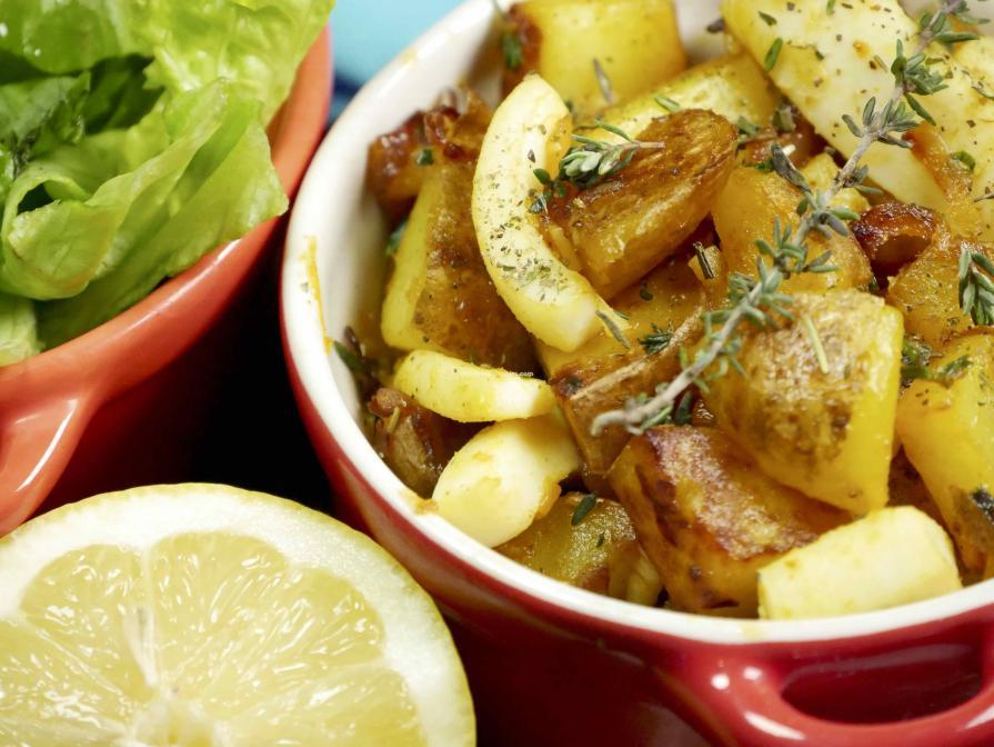 Sauté alcalin de sèches et pommes de terre à l'ail et coriandre