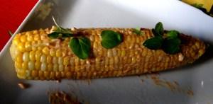 Maïs avec mayo chipotle, fromage en grain et origan frais!