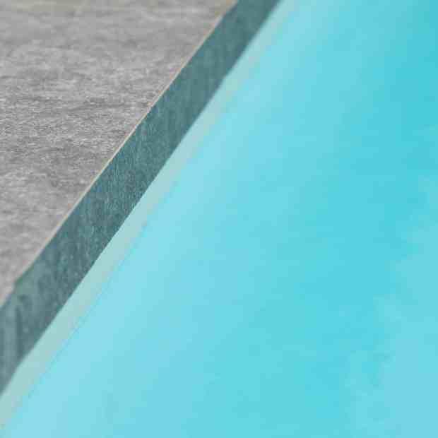 tegels aande rand van het zwembad