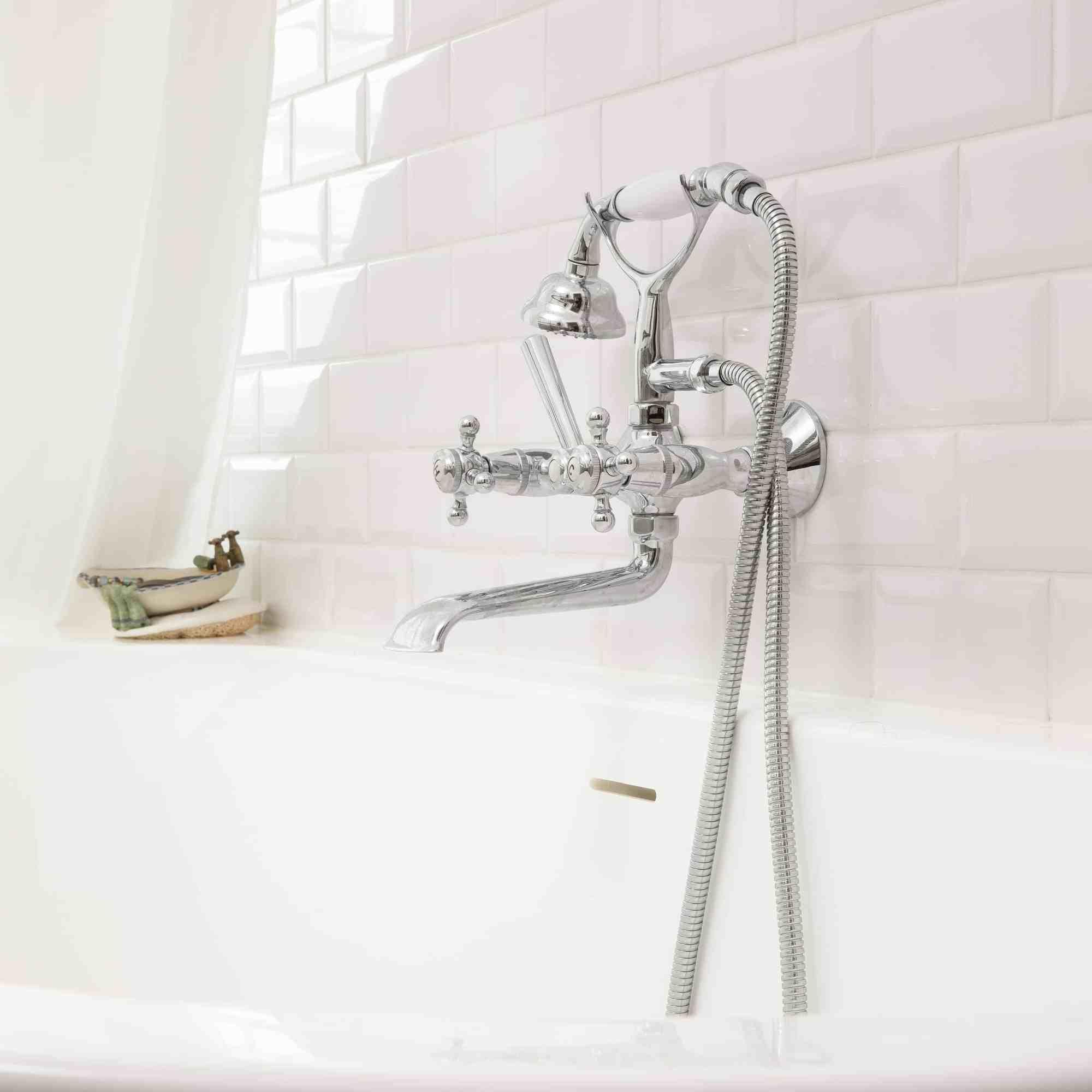Stijlvolle badkamer, badkuip omring door witte kleine wandtegels - Roeselare
