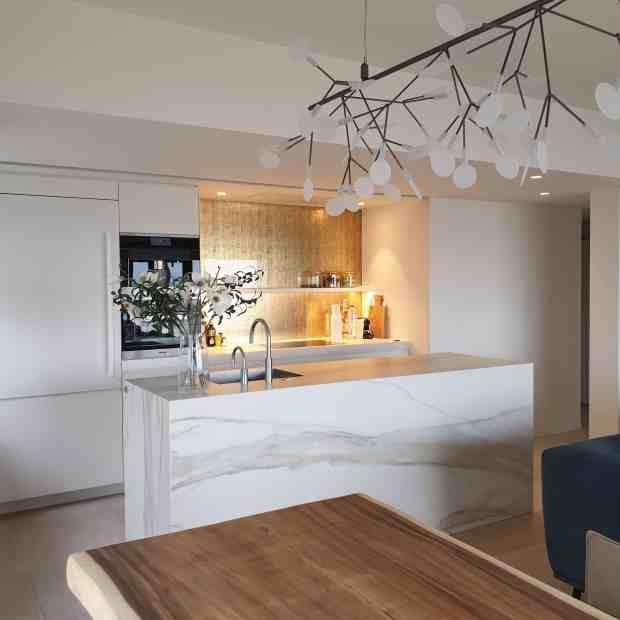 Keuken aanrecht met marmeren XXL tegels - grote tegels van marmer in keuken