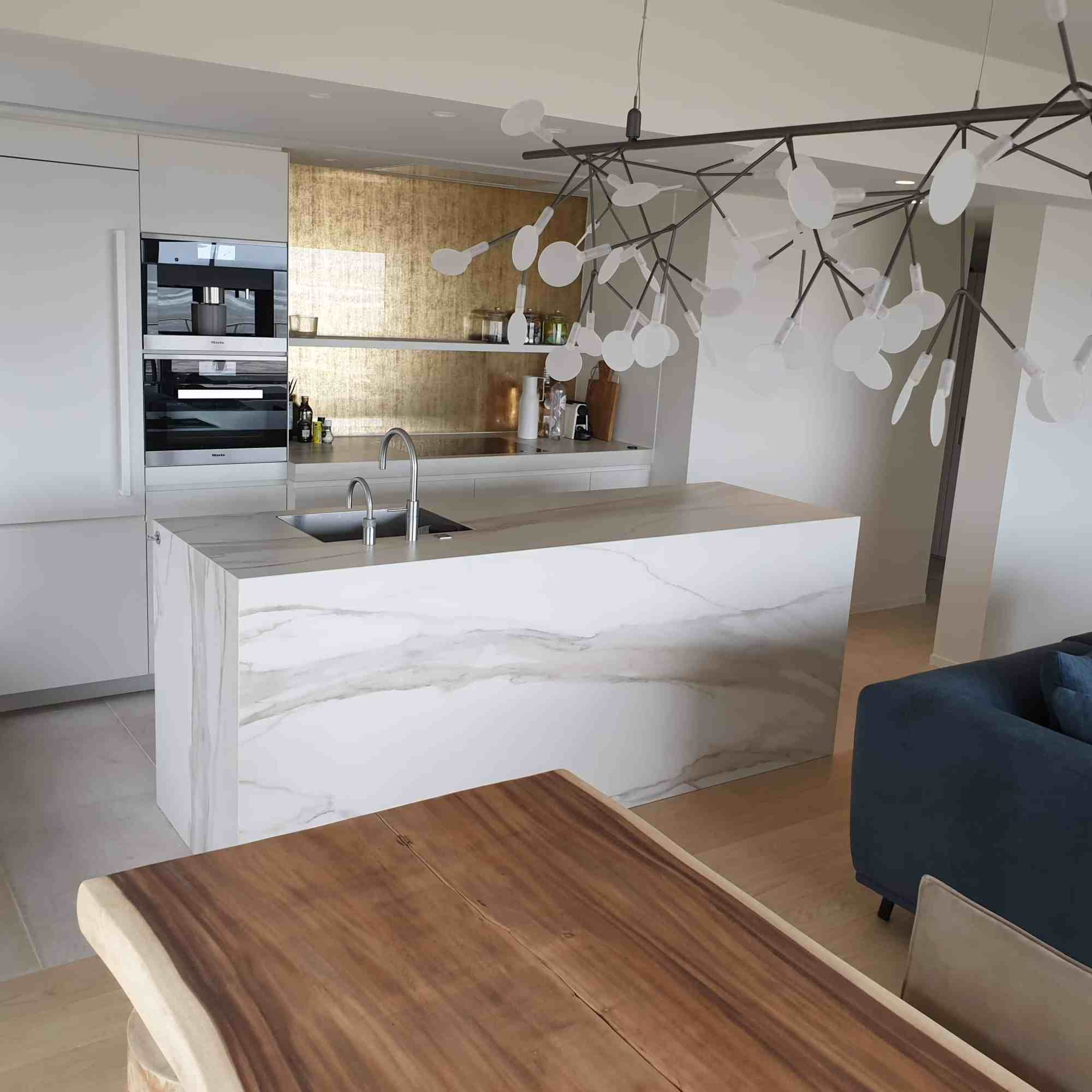 Keuken met keramische tegels op de vloer - kermaisch parket in de living - marmer xxl tegels in het aanrecht - West-Vlaanderen