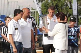 Mme Luiggi remettant les trophées à la triplette victorieuse