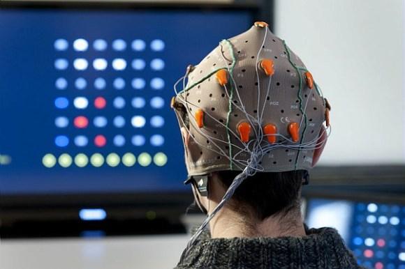Bain Invaders (GIPSA-LAb): ce jeu est inspiré du jeu japonais « Space Invaders ». Il faut également détruire les vaisseaux situés à l'écran grâce à une réponse cérébrale qui se produit dès qu'un évènement rare et attendu surgit. OpenViBE2 (2009-2013) est un projet de recherche collaborative financé par l'ANR sur le potentiel des technologies dites d' «interface cerveau-ordinateur » (ICO), (en anglais Brain-Computer Interface ou BCI), dans le domaine des jeux vidéo.  Pour la première fois, un projet a réuni l'ensemble des expertises requises au sein d'un consortium pluridisciplinaire de 9 partenaires réunissant des laboratoires académiques pionniers dans le domaine (Inria, Inserm, CEA, GIPSA-Lab), des industriels du jeu vidéo reconnus (UBISOFT, BLACKSHEEP STUDIO, KYLOTONN GAMES) et des spécialistes des usages et du transfert (LUTIN, CLARTE).