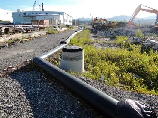 かさ上げされたマンホールと下水の仮設配管